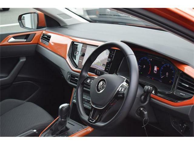 ファブリック素材のフロントシート。フロントエアバッグ・サイドエアバッグ・カーテンエアバッグの全部で6個のエアバッグを装備。