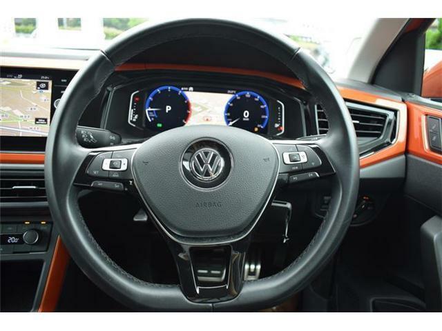 レザーマルチファンクションステアリングホイール。ドライブアシスト、ナビ操作、選局や曲送り、音量などのオーディオ機能がステアリングから手を放さずに操作でき、快適なドライビングをサポートします。