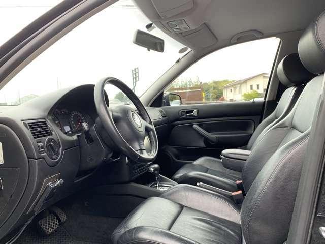 車内には、レザースポーツシート(シートヒーター付き)、革巻きの3本スポークステアリングホイール/ハンドブレーキグリップ/シフトノブ、オートエアコンを採用し上級感を出した。