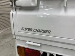 人気の4WD・5速マニュアル車・スーパーチャージャー付となっております。スバル生産サンバー最終型です。リアエンジン・4輪独立サスペンションですので走行安定性がいいですよ!