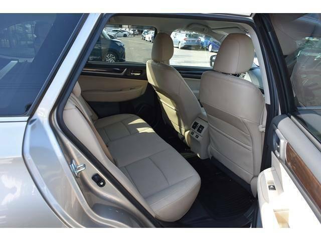リヤシートはリクライニング機能を兼ね備えており、ゆったりとした、シートポジションを確保できます。
