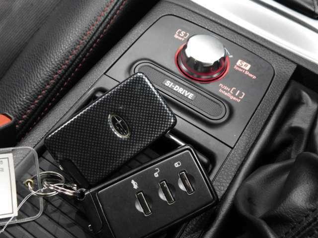 ポケットやカバンに入れたままドア開閉できるスマートキー装着です