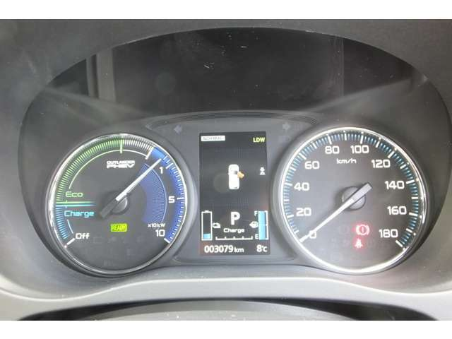 左側の「パワーメーター」はアクセルを踏み込むほど針が右に動き、モーター出力が増加していることを知らせます。Ecoゾーンを保持して走行すると、より長い距離を走ることが可能になります!