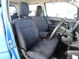 ベンチシートを採用することによりシートスペースを広く確保しております!