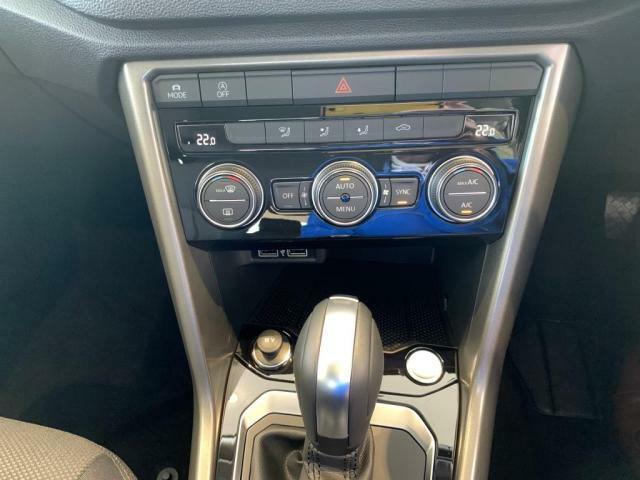 快適な室内温度を保つオートエアコンと一カ所に集約され操作性を高めた各種ボタン