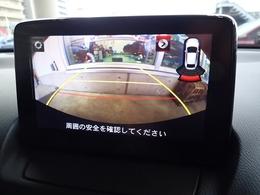 バックギア連動にてカメラ映像に切り替わります。画面右上にはコーナーセンサーのインジケーターもございます。