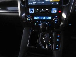 デュアルオートエアコンですので左右別の温度設定が可能です!!後部座席の温度設定も可能!!