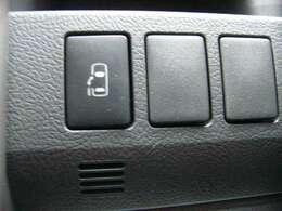 パワースライドドアが付いてます。ワンタッチで簡単にお子様でも、お年寄りの方でも開閉できますのでとても便利です。スマートキーや車内のスイッチでも自動ドアの開閉ができます。