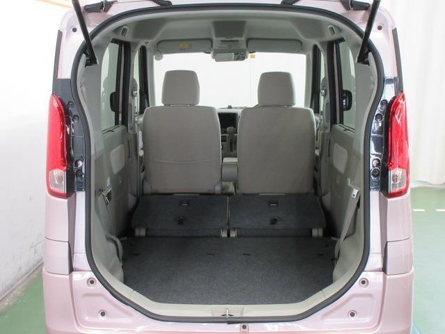 後席を格納すると、大きな荷物を積む事ができる広い荷室になります。