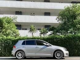 前オーナーによってアップデートされた、OZの17インチアルミホイールには、純正サイズのタイヤを装着。