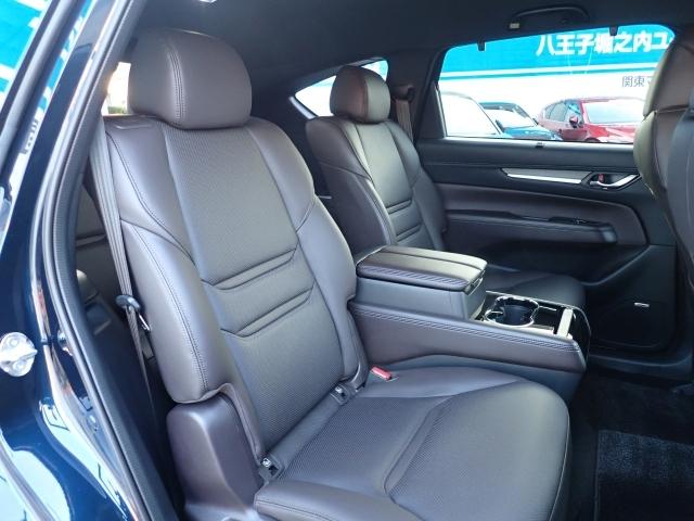 大型の小物入れ、カップホルダー、USB電源スロットを装備した大型コンソールが付いたセカンドシート!キャプテンの6人乗りです!乗り心地、静粛性とも、CX-8の特等席です!