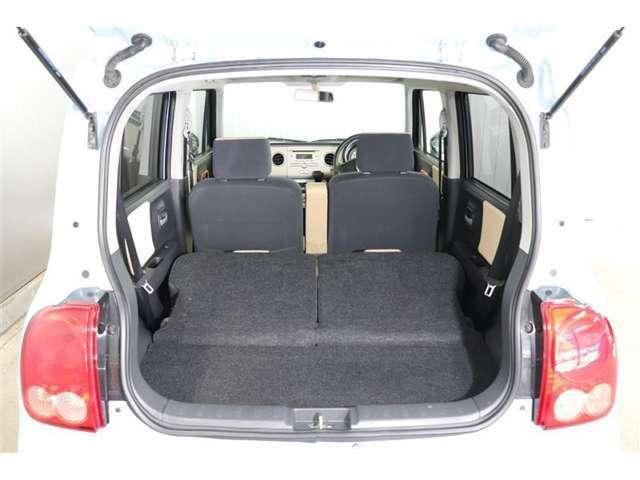 後席シートを倒せば大きな荷物も長い荷物もしっかり積める広々とした荷室を作ることが出来ます。