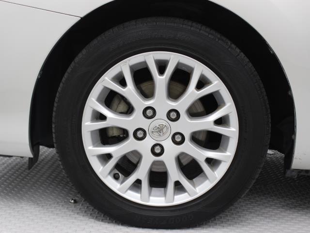 純正アルミホイールは精度が高く、走行の安定性が優れています。タイヤサイズ205/55R16