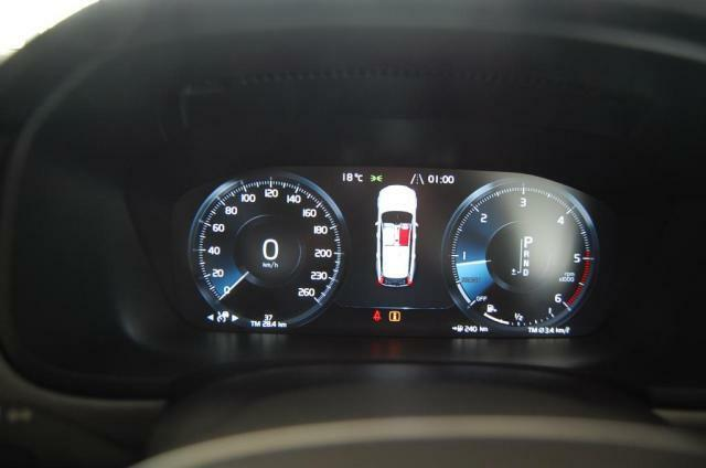 液晶のメーターにはスピードメーター以外にもナビ画面の表示も可能です。