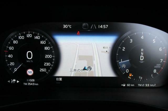 ナビ表示が可能なドライバーズディスプレイはフル液晶画面