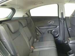 前席との間にある膝まわりの大きなゆとりが、体にも心にも余裕を感じさせてくれます。