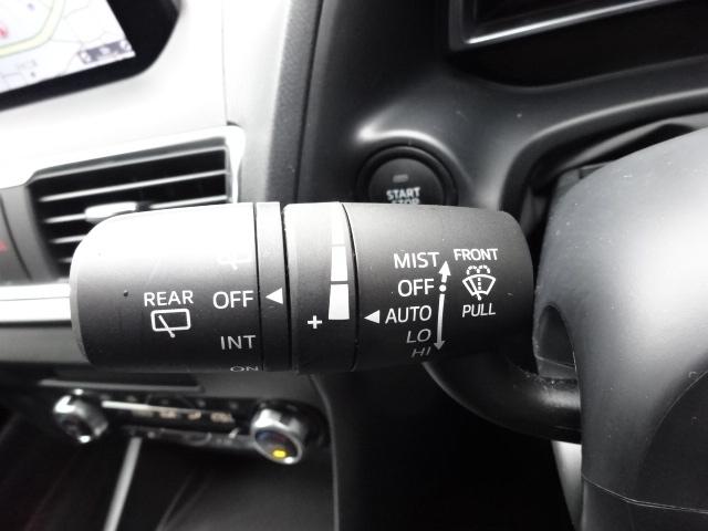 フロントガラスに内蔵されたセンサーが雨滴を感知して自動的に最適な間欠で前方視界を確保するレインセンサーワイパーを装備しております。