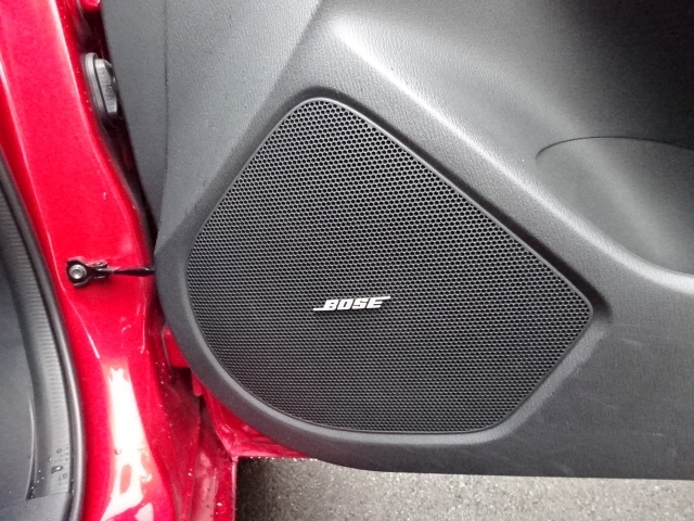 BOSEサウンドシステムを装備。室内空間に最適化した音響チューニングにより、臨場感溢れるダイナミックサウンドを実現。ドライブをより楽しくドラマチックに演出してくれます。