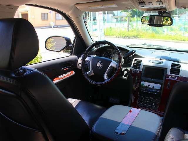運転席のスイッチ、または電子キーの長押し操作でバックドアをオートで全開・全閉できます。モニターの増設、追加やオーディオ各種カスタムも承っております。