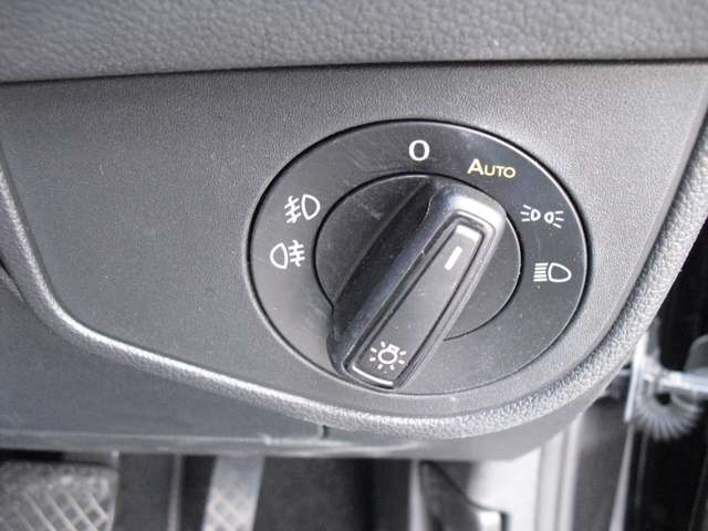 AUTO機能付ヘッドライトで高速道路のトンネルでの煩わしい作業も無くなり、消し忘れも無くなります。