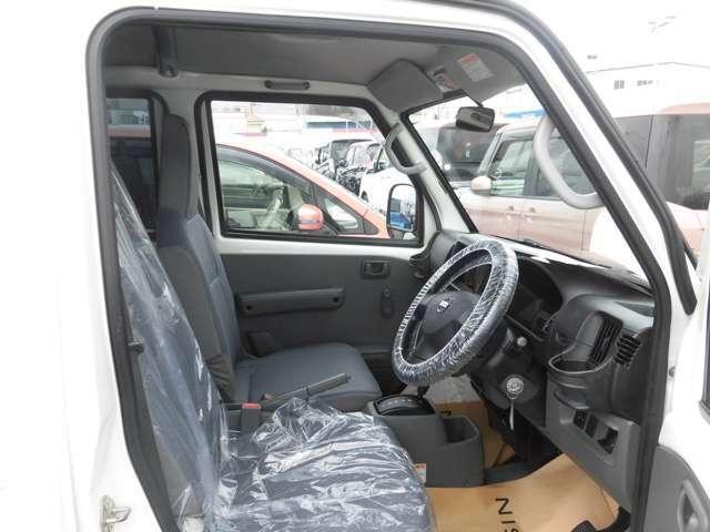 運転席は広くゆとりのある足元です。