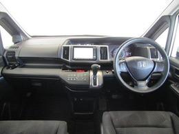 ドライバーが感覚的に操作・確認できるよう気配りされたコクピットです。スピードメーターも大きく、運転中に見やすいように配慮されています。エアコンなどのよく使うスイッチ類も操作しやすい位置にあります。