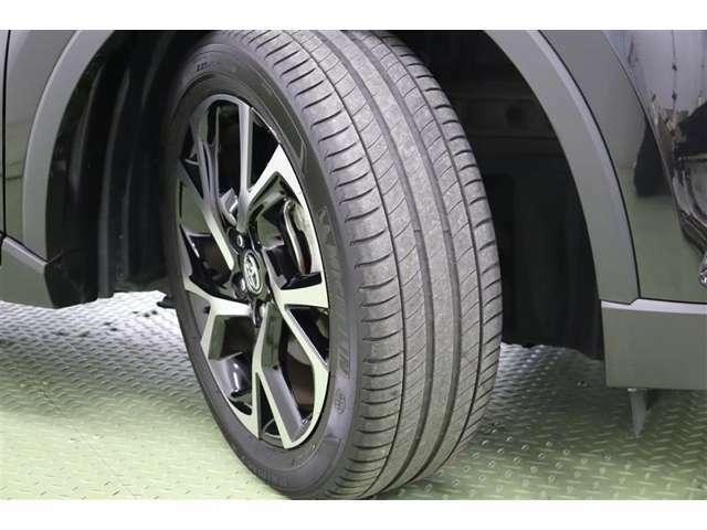 タイヤサイズ 225/50R18。和柄をイメージさせる、お洒落なデザインの純正アルミホイール装着です。
