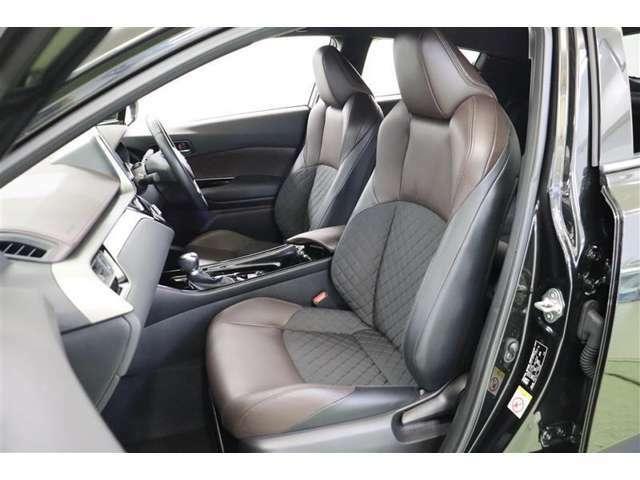 座面と背面には通気性のいいダイヤ柄のモケット、サイドとヘッドレストに合皮を使っているので、快適性に高級感がプラスされたシートになっています。運転席と助手席には寒い時期には嬉しいシートヒータ付きです。