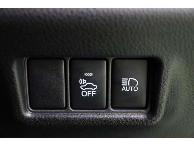 車の下にOFFのボタンは車の接近を音で知らせる車両接近通報装置の切り替えボタンです。早朝に出かける時や深夜の帰宅など、静かに走りたい時などはオフできます。(通常は安全のためにオフしないで下さいね)