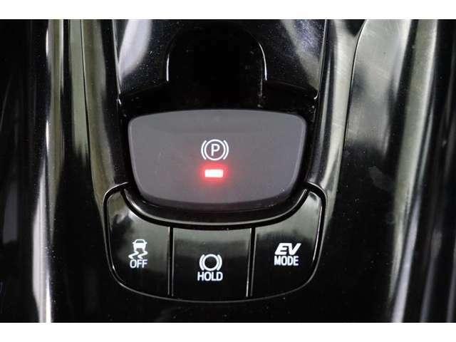 信号待ちなど、ブレーキ操作によって停車した際、停車後ブレーキペダルを踏み続けなくても停車状態を保持してくれる【ブレーキホールド】機能付きです。長い信号や渋滞時に役立ってくれますよ。