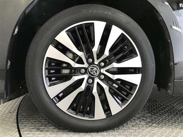 【アルミホイール付です♪】 トヨタ純正のアルミホイール装着車です。見た目もスタイリッシュでカッコいいですね♪