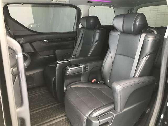 【後部座席】セパレートになります。広いので運転も快適ですよ!