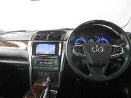 機能的で使いやすいデザインの運転席周り。ハンドルを握ったままオーディオ操作やディスプレイの切り替えができるステアリングスイッチは、前方不注視のリスクを減らし安全運転をサポートします。