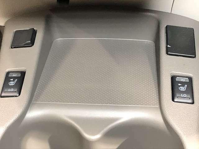 《シートヒーター》前席クイックコンフォートヒート付シート。まず人間が暖かいと感じやすい部位を温めることにより、より早く、より快適に温めることができます★
