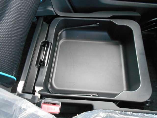 助手席の下には収納BOXを。