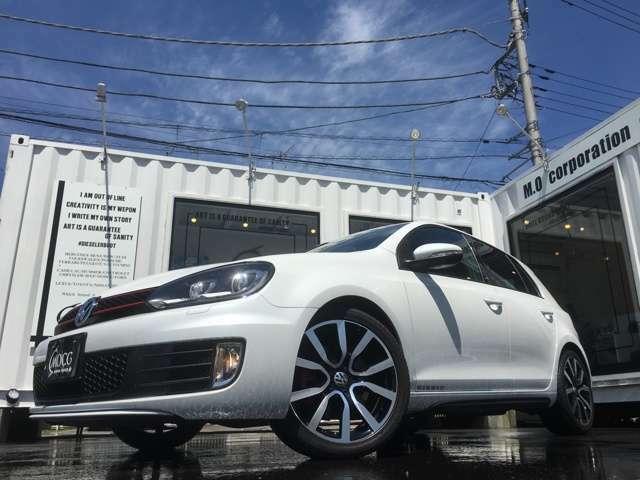 ボディカラーはGTIアディダスしか設定のないオリックスパールエフェクト。パールが採用されております。欧州車でのパールホワイトはとても珍しいと思います。