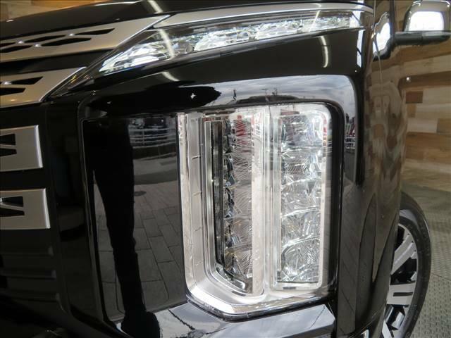 視認性の高いLEDヘッドライトが装備されております!