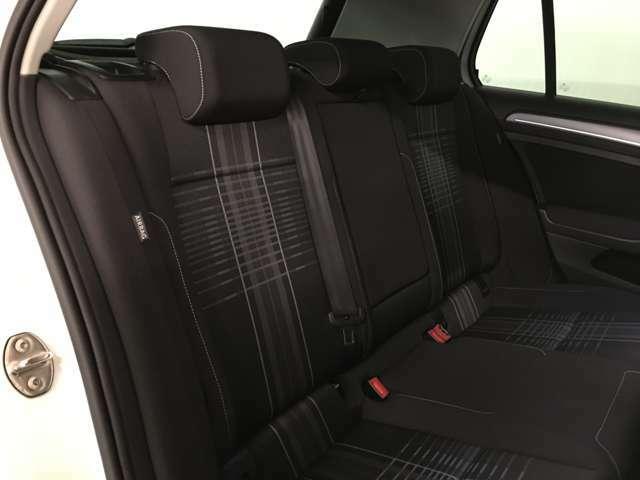 後部座席もゆったりと座れるスペースが確保できます!足元も広々しております!大人数でのお出かけも会話が弾みますね!