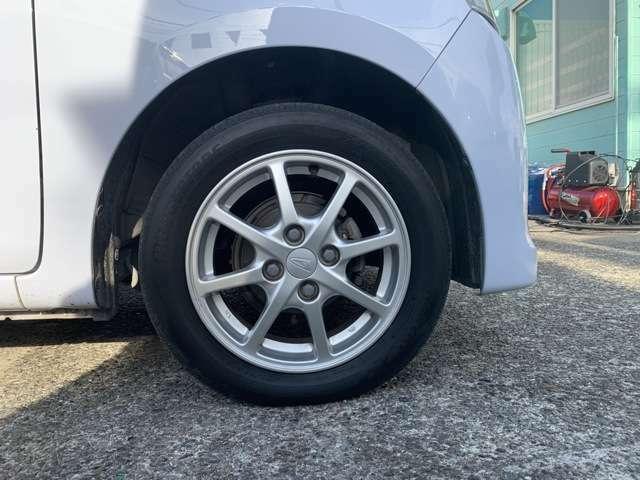 純正の14インチAWにノーマルタイヤを履いており、タイヤ山はおおよそ各4分山程度、タイヤサイズは155/65R14となります。 スペアタイヤは新車時からもともとついておらず、パンク修理キット付きです。