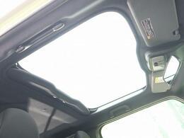 人気装備!!【スカイフィールトップ】開放的なガラスルーフからは、爽やかな風や温かい陽の光が車内に差し込みます。