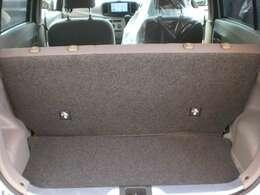 ラゲッジスペースです。軽自動車の中でも小さい方のラパンですが、収納スペースはしっかりと確保されています♪お買い物袋などはちゃんと積み込めますよ♪また、後部座席を倒すことで更に広い空間を確保できます♪