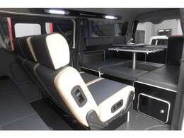 後席左シート下には収納スペース。右側には電装部品が収められています。シート下横からも取り出し可能。