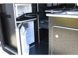 お弁当を温める電子レンジや冷たい飲み物を保存出来る冷蔵庫は標準装備。