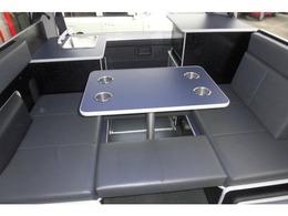 後席左右シートと取り外し可能の補助マットは標準装備。4カップホルーダー付きテーブル