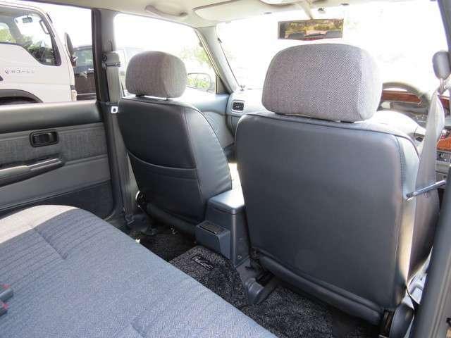 後部座席に乗っても、ゆとりのある席でドライブを楽しめます。