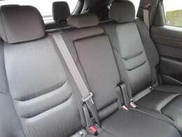 セカンドシートもホールド感があり、長距離のドライブでも疲れを少なくさせてくれます。大人2人がゆったりとお座り頂ける広さを実現!