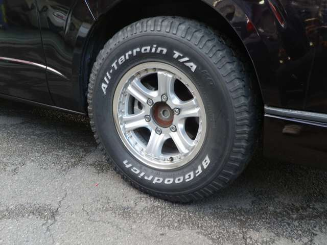 純正ノーマルタイヤ&ホイール有ります  BFグッドリッチタイヤ 15インチアルミホイール(このままですと若干タイヤがはみ出ますのでオーバーフェンダー又はフェンダーモール取付必要です)