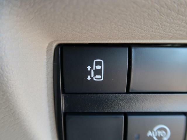 電動スライドドア 『小さなお子様でもボタン一つで楽々乗り降り出来ます♪駐車場で両手に荷物を抱えている時でもボタンを押せば自動で開いてくれますので、ご家族でのお買い物にもとっても便利な人気装備☆』