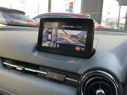 360°ビューモニターは、車輌の前後左右にある4つのカメラを活用し、センターディスプレイに映像を表示したり各種警報音で低速走行時や駐車時に車輌周辺の確認を支援してくれます。お車の大きさに不安を抱える方
