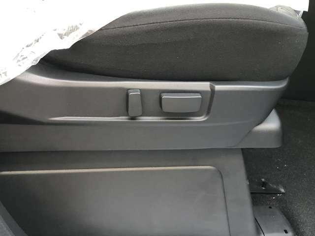 運転席の電動シートは細かいシートポジションに設定出来るので、最適なドライビングポジションをとることができます